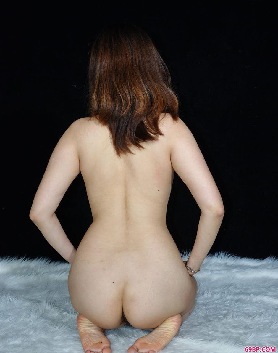 裸模美惠羊毛垫上的娇嫩人体