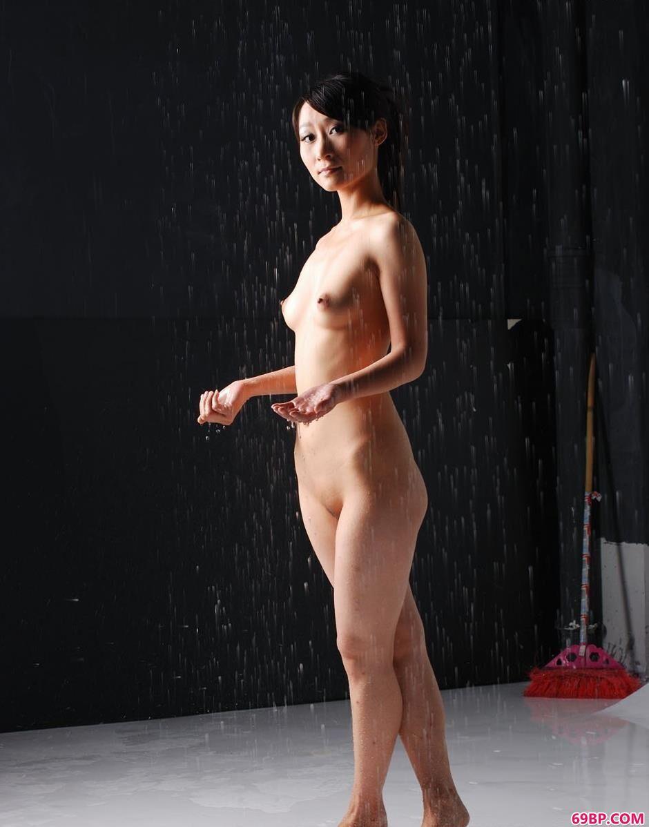 美模小贤图片棚里的雨水人体