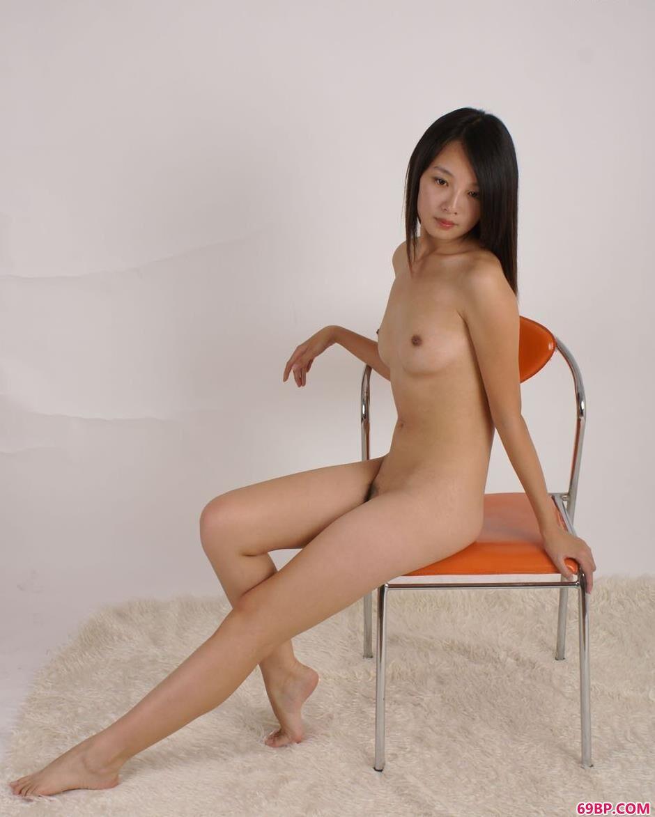 名模菲菲凳子上的清纯人体