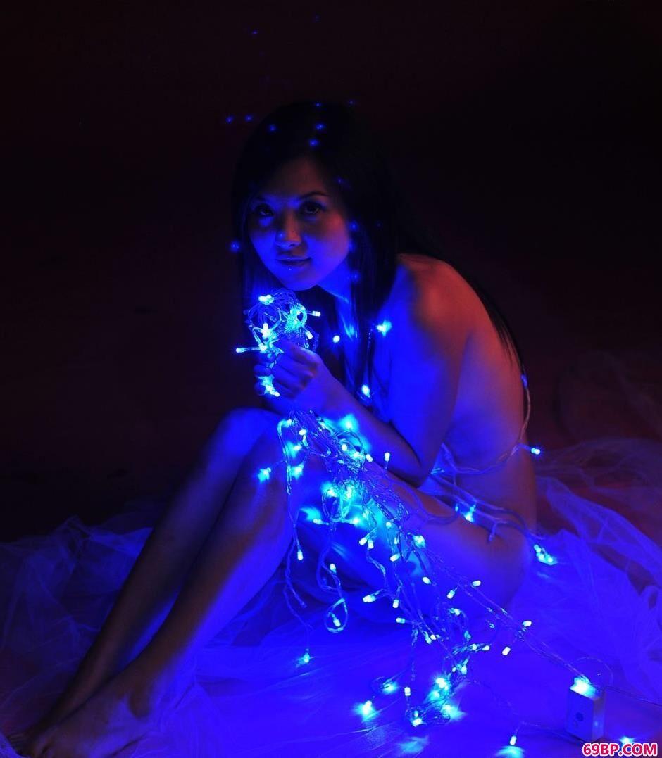裸模湘湘写真棚里跟彩灯拍人体
