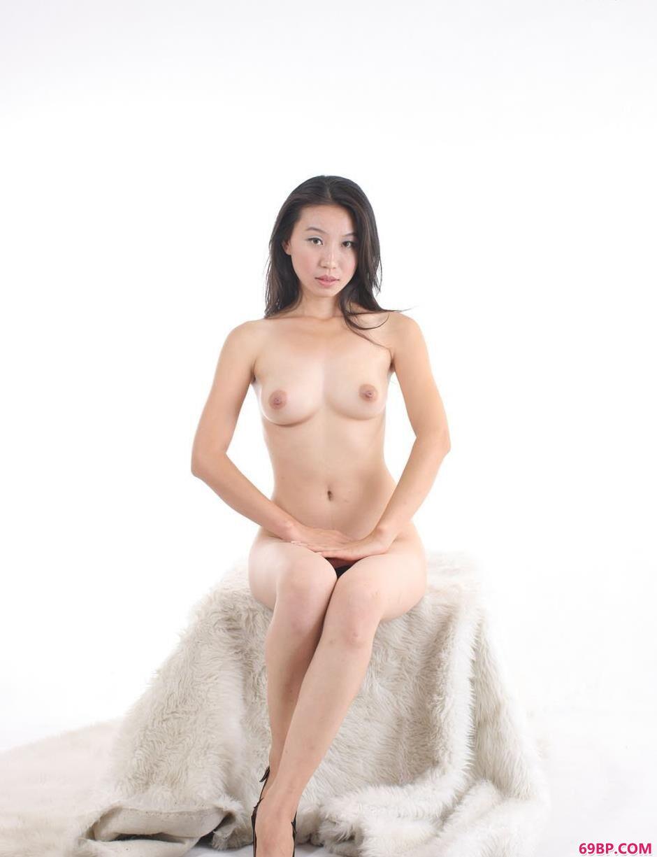 金灵白色背景棚拍毛毯上的人体2