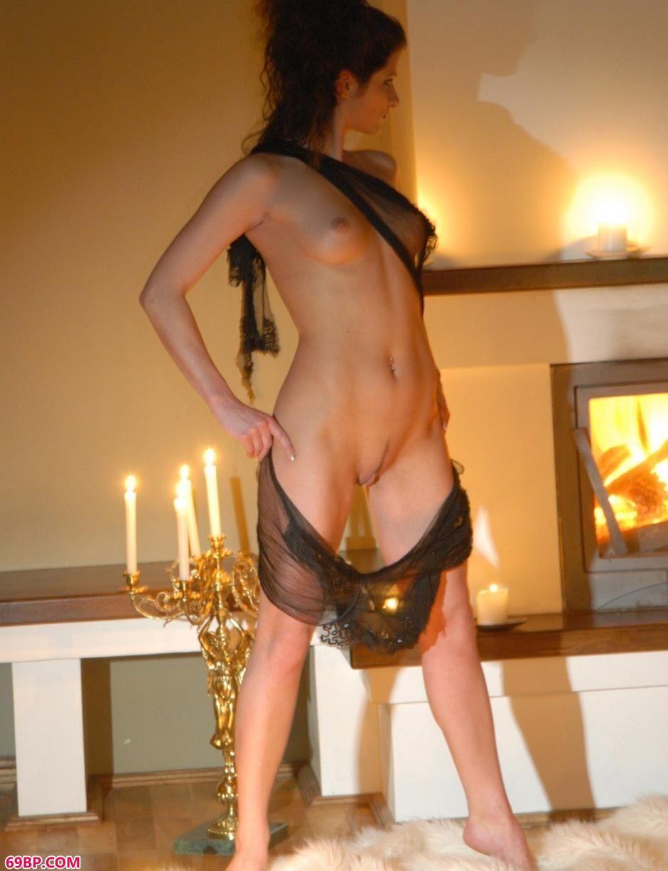 嫩模Marusya大厅里的烛光人体