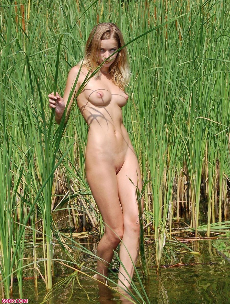 名模玛莎Masha河边草丛里的美丽人体