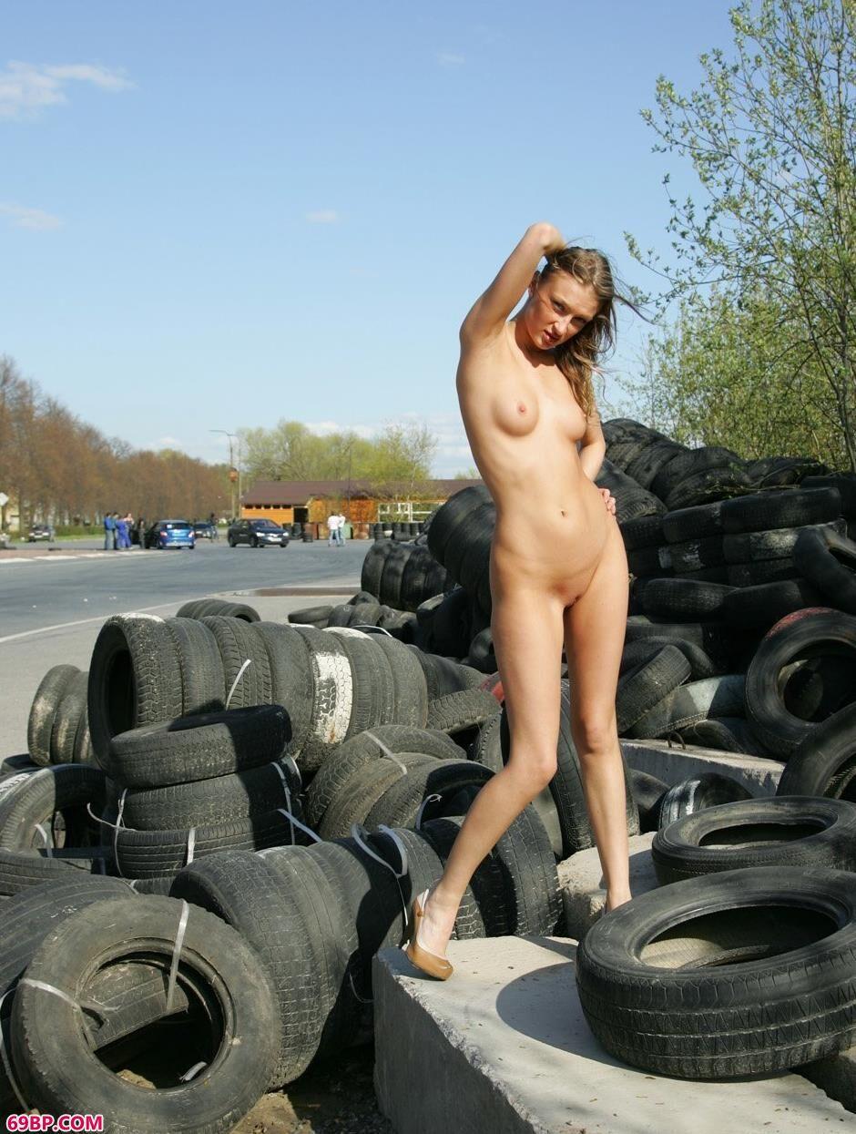 嫩模玛丽娜Marina轮胎堆上的性感人体_gogo网人体