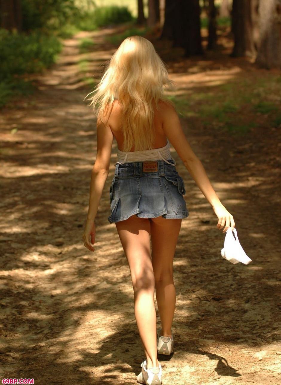 嫩模Spring森林里的清纯人体2
